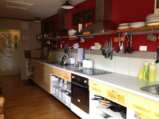Riverstone Backpackers: kitchen