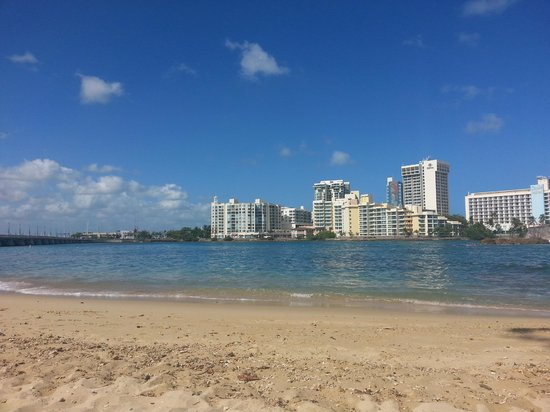 The Condado Plaza Hilton: Nice sized beach, pretty calm waters
