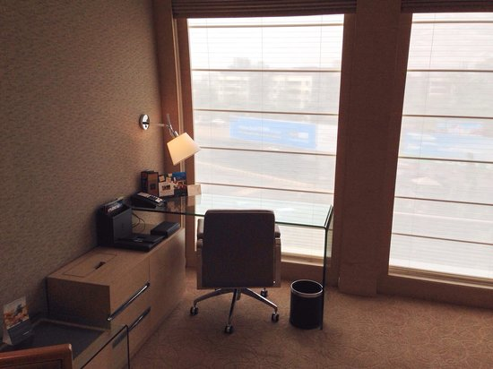 Sahara Star Hotel : Working area in the executive room