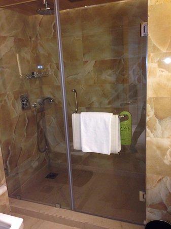 Sahara Star Hotel : Bathroom