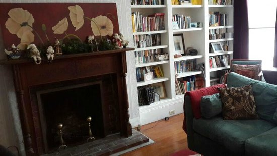 Estabrook House Bed and Breakfast: Library