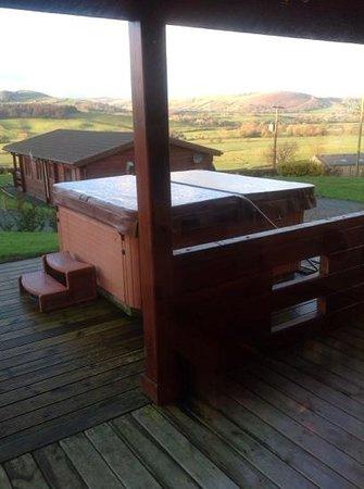 Trewythen Lodges: hot tub