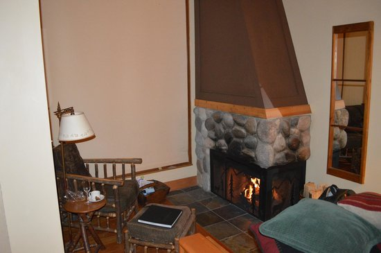Moraine Lake Lodge: Log burner