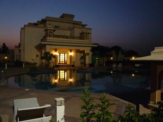 Indana Palace Jodhpur : La piscine vue la nuit