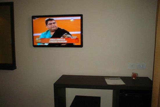 Hotel Carlos V Patagonia Bariloche: Habitación TV