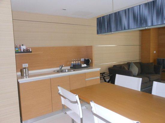 Anantara Sathorn Bangkok Hotel: Kitchenette, with free tea and coffee