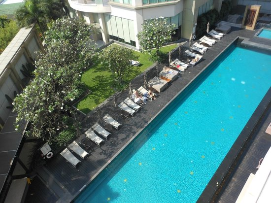 Anantara Sathorn Bangkok Hotel: The view of the pool from room 702 (7th floor)