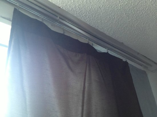 San Juan Beach Hotel : curtains don't fit window