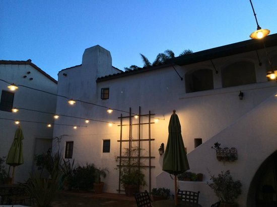 Spanish Garden Inn: Courtyard