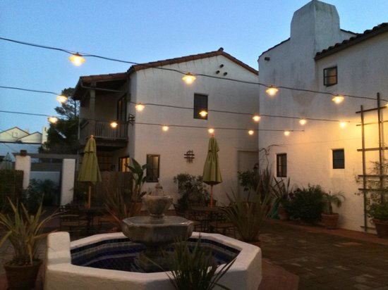 Spanish Garden Inn: Lights over the courtyard