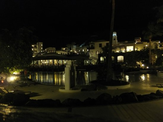 Hotel THe Volcan Lanzarote : Hotel grounds at night