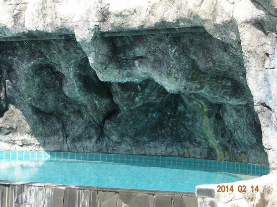 The L Resort Krabi: Grotte am Pool