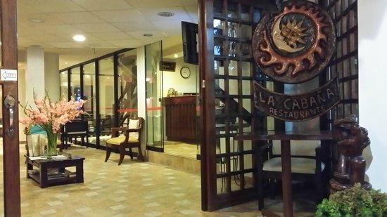 Hotel La Cabana Machu Picchu: The waiting area of the hotel lobby
