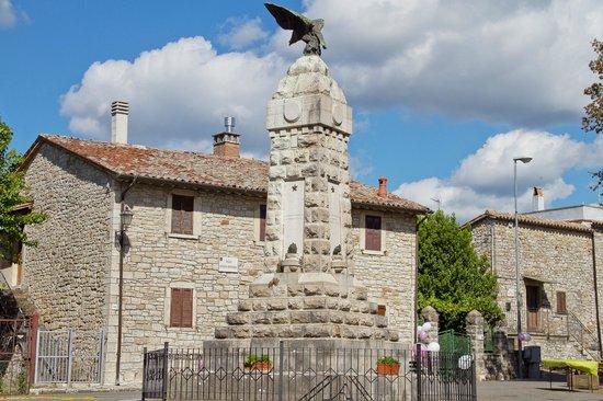 Acqualoreto, Italy: monumento ai caduti