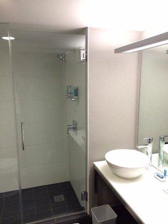 Aloft Cupertino: the bathroom