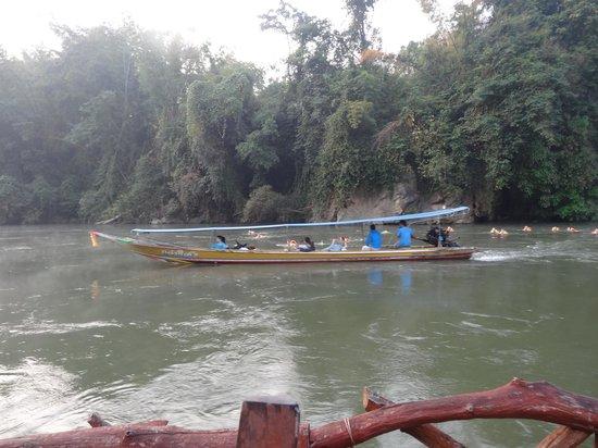 River Kwai Jungle Rafts Resort: Bateau longue queue