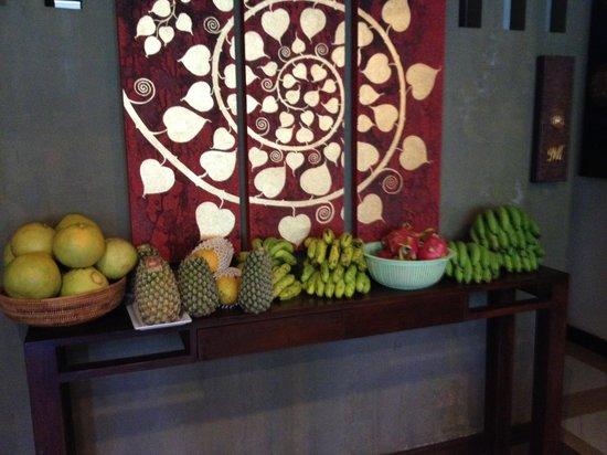 Lanta Mermaid Boutique House : Fruit in breakfast area