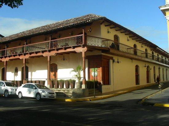Julio Tours Nicaragua - Day Tours: Lindo hotel Plaza Colon en el corazon de la ciudad de Granada.