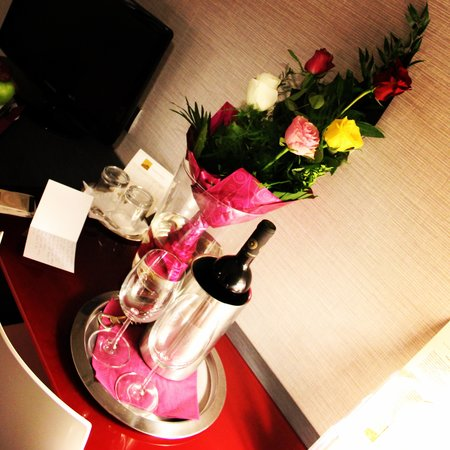 Hotel Palazzo Zichy: Children arranged roses and wine for our arrival