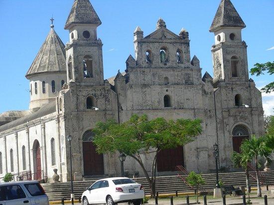 Julio Tours Nicaragua - Day Tours: Antigua y conserbada Iglesia de Guadalupe en Granada