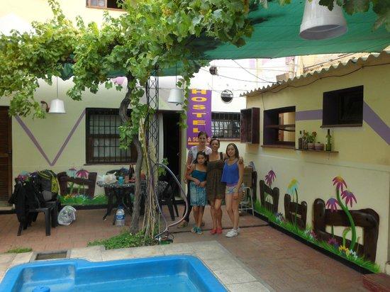 Hostel Estacion Mendoza: familia con Anita (dueña)