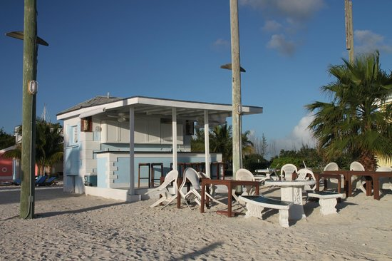 Sandyport Beach Resort: On the beach, food and drinking bar
