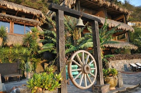Laguna Lodge Eco-Resort & Nature Reserve : Front view of hotel by the lake
