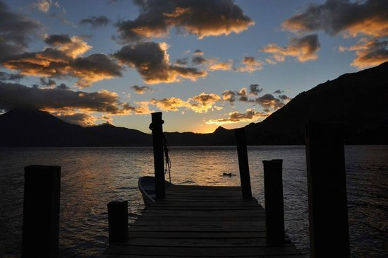 Laguna Lodge Eco-Resort & Nature Reserve: Sunset from the hotel dock