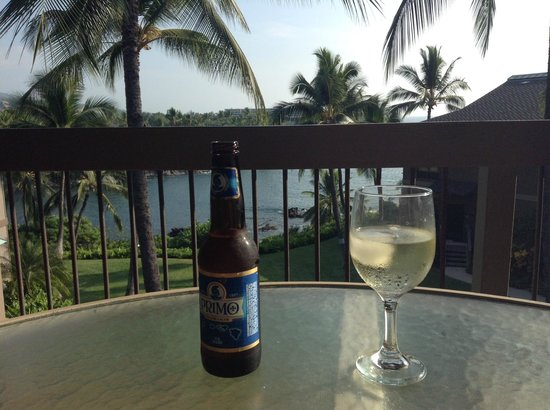 Kanaloa at Kona: Happy hour on the lanai