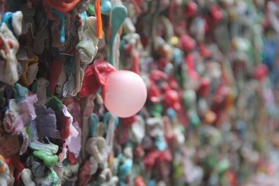 Seattle Bites Food Tours : The nasty gum wall.