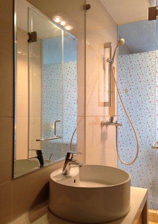 Chengdu Panda Apartment: clean washroom