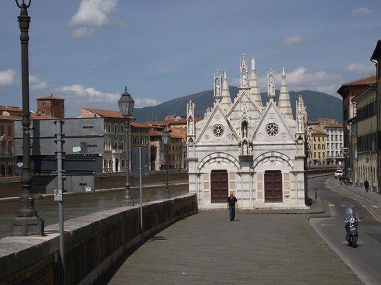 Chiesa di Santa Maria della Spina: Igreja Santa Maria della Spina , às margens do rio Arno à esquerda, vista da Ponte Solferino