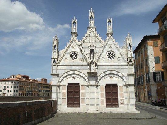 Chiesa di Santa Maria della Spina: Aproximando da igreja