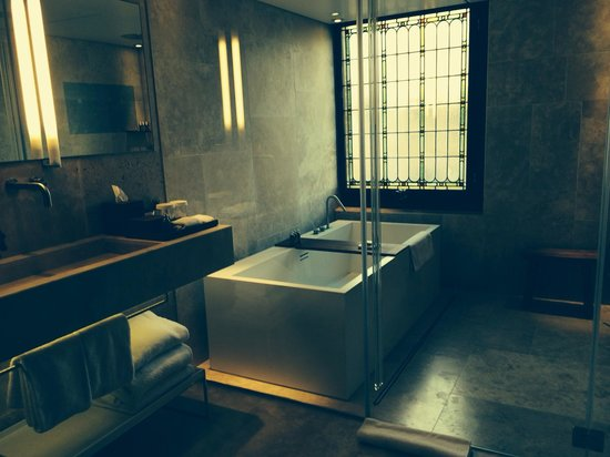 Conservatorium Hotel: Our very huge bathroom