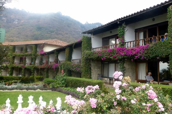Hotel Atitlan: Some of the rooms and balconies