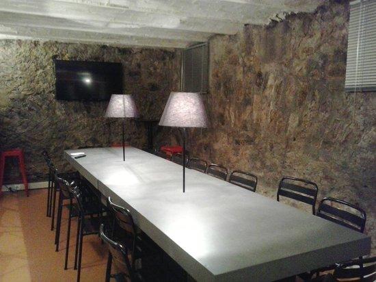 Beautiful City Hostel : Comedor y sala de TV donde se sirve el desayuno