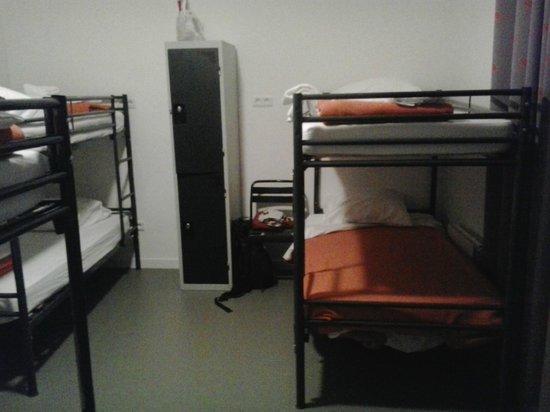 Beautiful Belleville Hostel: Literas y taquillas en la habitación de 6