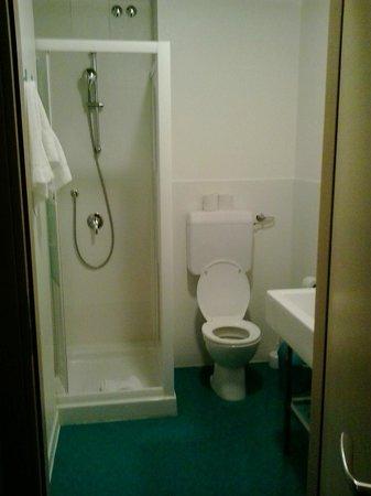Beautiful Belleville Hostel: Baño dentro del cuarto para 6 personas