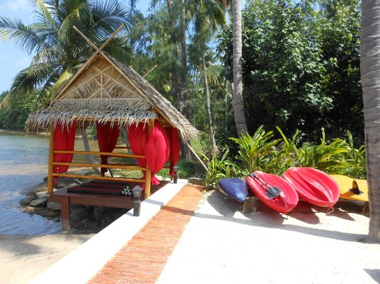 Cyana Beach Resort: The relaxing pergola and canoes/kayak.