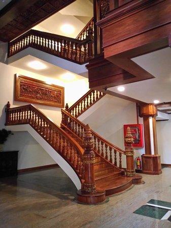 Empress Angkor Resort & Spa: 明亮寬敞的樓梯