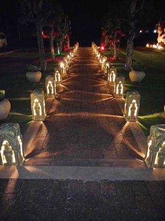 Empress Angkor Resort & Spa: 夜晚點的小步道