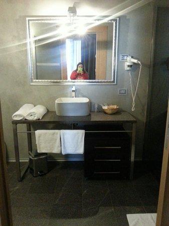 Bagno molto moderno con doccia in pietra fantastica kit - Bagno piccolissimo in camera ...