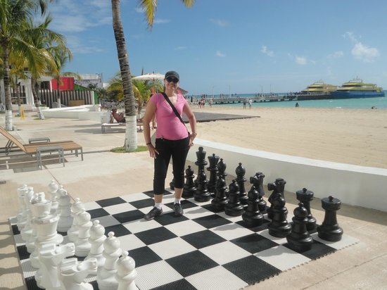 Playacar Palace : Ajedrez gigante cerca a la playa y al fondo muelle de catamaran que te llevan a cozumel