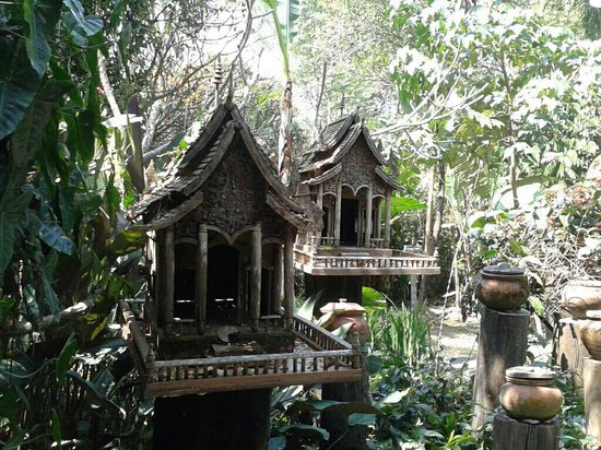 Mae Fah Luang Art and Culture Park: Really nice spirithouses