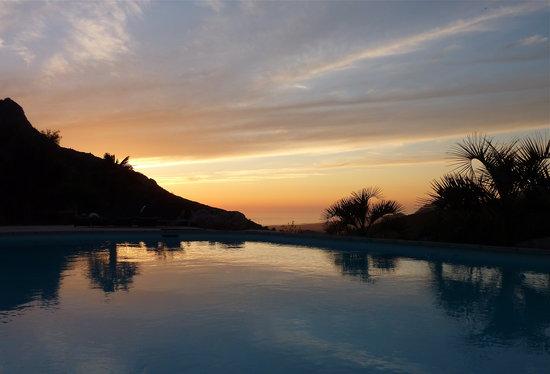 A Flatta: Piscine au coucher de soleil