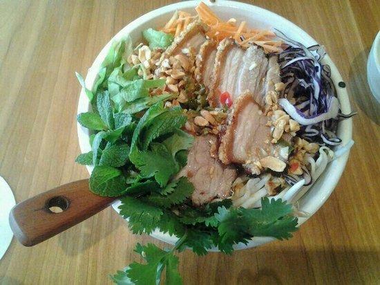Vipho: Reisnudeln mit frischen Kräutern und Schweinebauch
