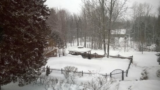 Auberge Le Papillon Sauvage : The spa set in the snowy grounds