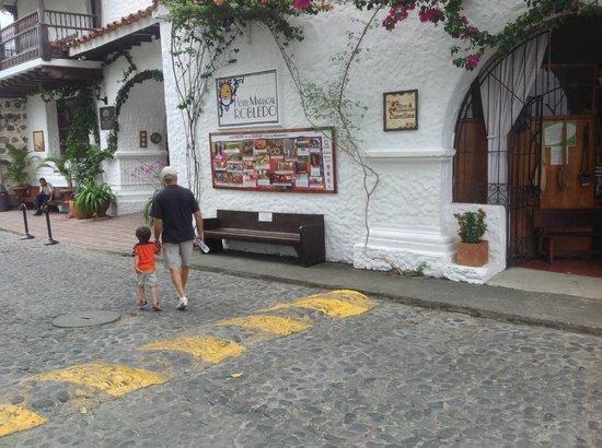 Hotel Mariscal Robledo: Yo e hijo entrando hotel