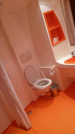 easyHotel London Victoria : Bathroom.