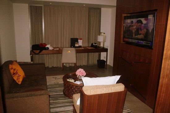 Crowne Plaza Chennai Adyar Park: Room with reception
